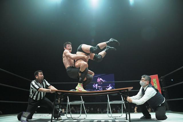 画像: 高木三四郎大社長が青木真也を破り、EXTREAME級王座を奪取【DDT】
