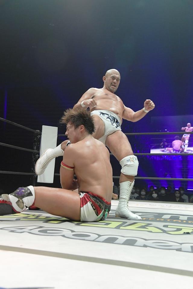 """画像: 秋山準が""""DDTの若きエース""""竹下幸之介を破り、世代交代を許さず【DDT】"""