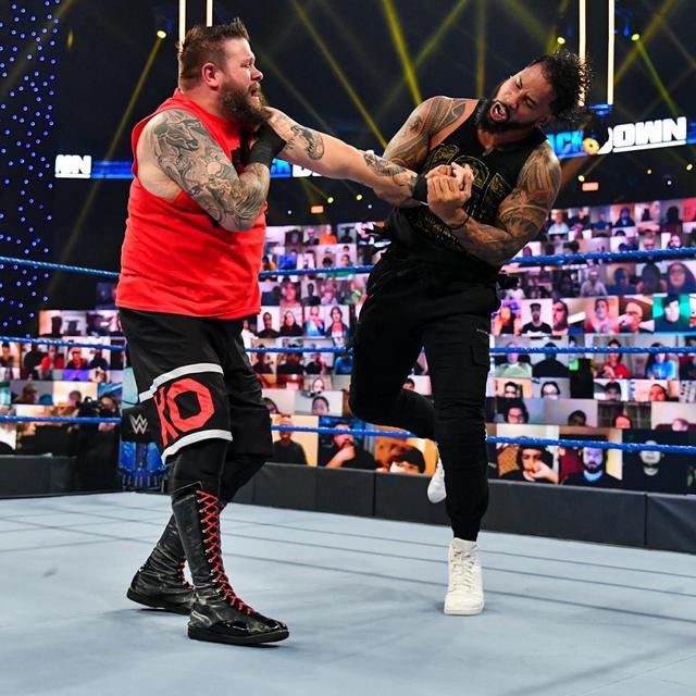 画像: レインズ&ジェイが一族をからかうオーエンズを制裁【WWE】
