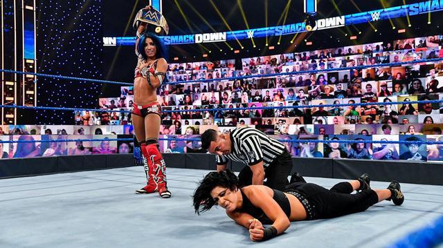 画像: カーメラが王座防衛に成功したサーシャを襲撃KO【WWE】
