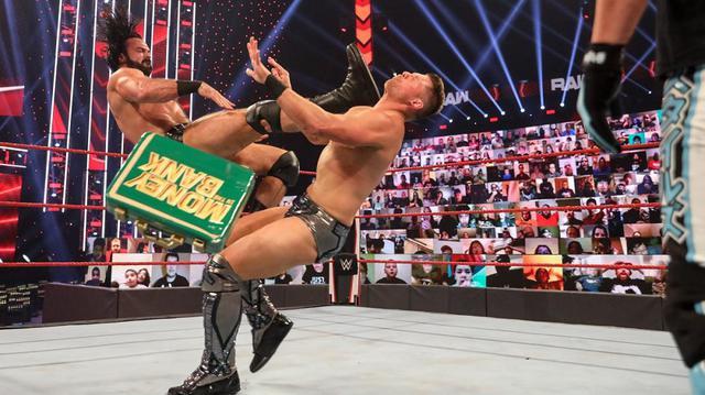 画像: マッキンタイアがキャッシュイン未遂のMr. MITBミズをクレイモア葬【WWE】