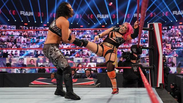 """画像: """"最強弱タッグ""""アスカ&ラナがタッグ王者シェイナ&ナイアに連勝【WWE】"""