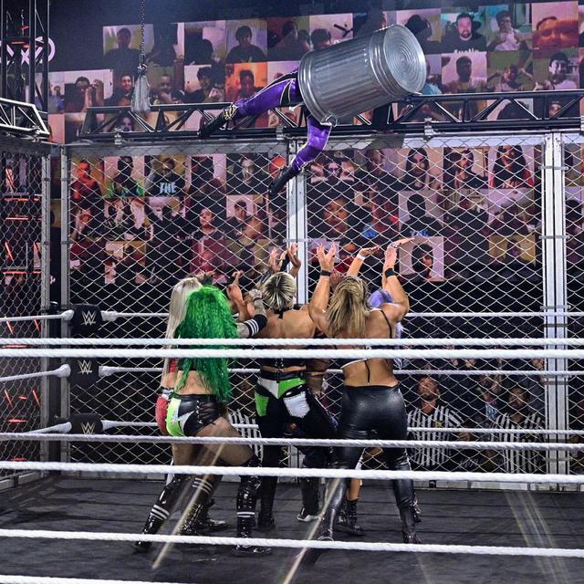 画像: 紫雷イオが金網上からゴミ箱をかぶったまま決死のダイブ【WWE NXT】