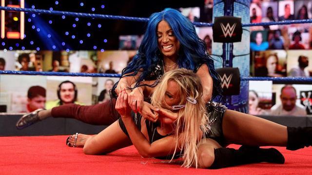 画像: カーメラが2週連続のシャンパンボトル弾でサーシャをKO【WWE】