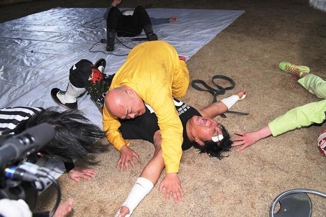 """画像: 大仁田厚が路上電流爆破で""""芸人""""クロちゃんによもやの惨敗【DDT】"""