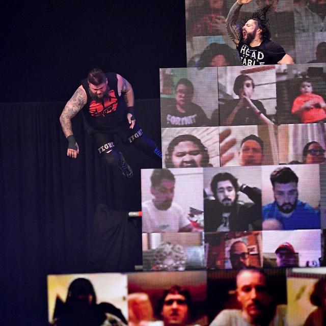 画像: 王者レインズが高所から因縁のオーエンズを投げ飛ばしてテーブル葬【WWE】