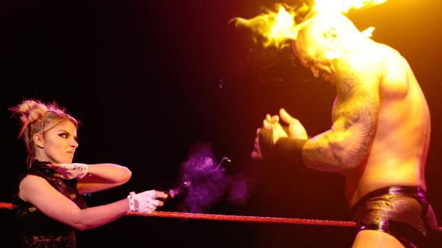 画像: アレクサ・ブリスがオートンの顔面に火の玉攻撃【WWE】