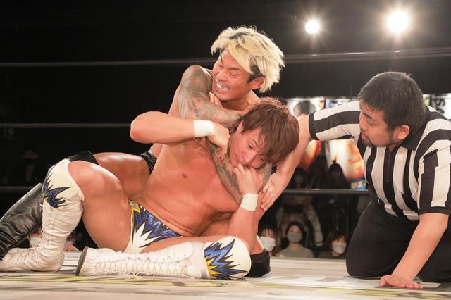 画像: UNIVERSAL王者・上野勇希が坂口征夫のスリーパーに失神。2・14防衛戦に暗雲【DDT】