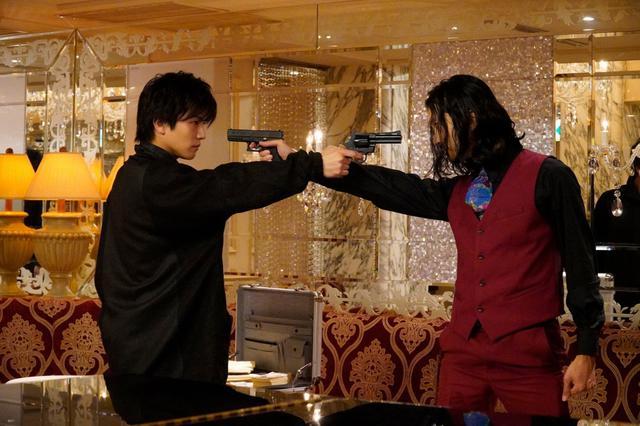 画像: 岩田剛典「シャーロック」で共演した金子ノブアキとガンアクションで対決!