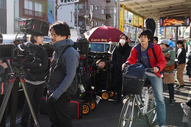 画像: 松坂桃李はどこ!? オタク集団に溶け込むメイキング画像解禁