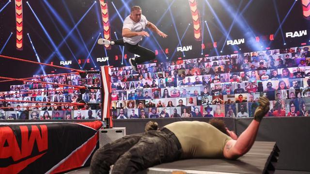 画像: シェインがKOしたストローマンに緑のペンキをぶっかけて「お前はバカだ」と挑発【WWE】