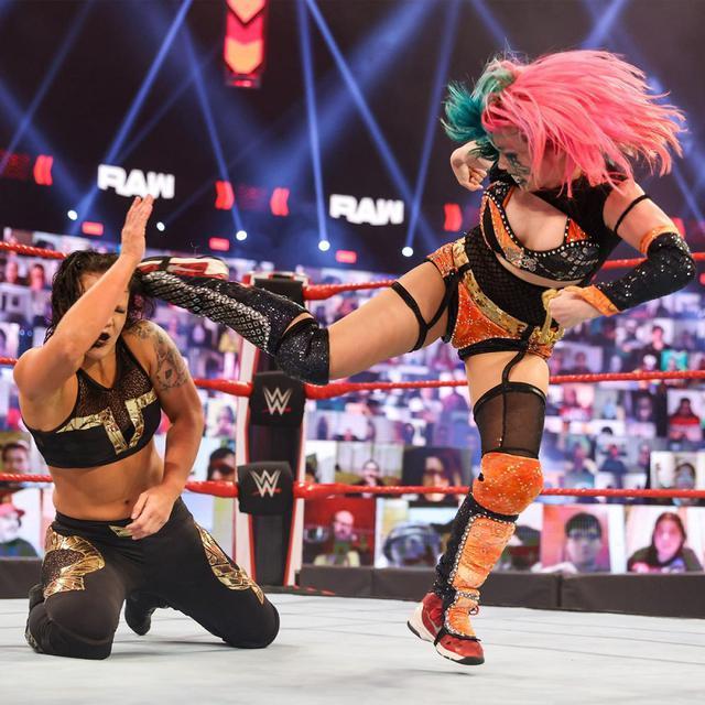 """画像: 復帰のアスカが因縁のシェイナに""""歯には歯を""""攻撃で報復【WWE】"""