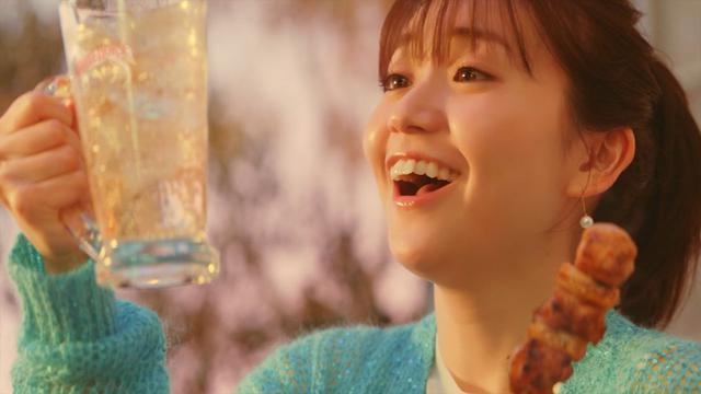 画像: 大島優子がハイボールで乾杯! 新CMでおうち飲み