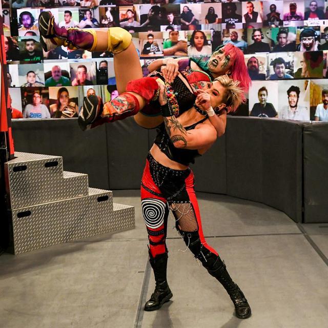 画像: アスカが挑戦者リア・リプリーとタッグ結成も裏切りの襲撃で屈辱の敗戦【WWE】