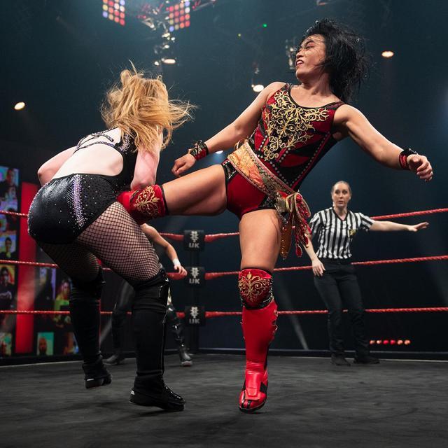 画像: 里村明衣子が因縁の王者ケイ・リー・レイをタッグ戦で撃破【WWE NXT UK】