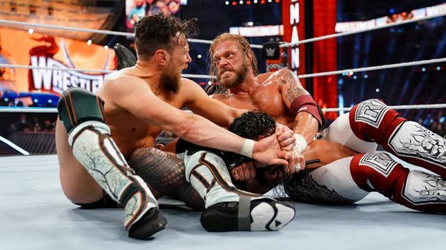 """画像: """"絶対王者""""ローマン・レインズがレッスルマニアで三つ巴戦を制して王座防衛に成功【WWE】"""