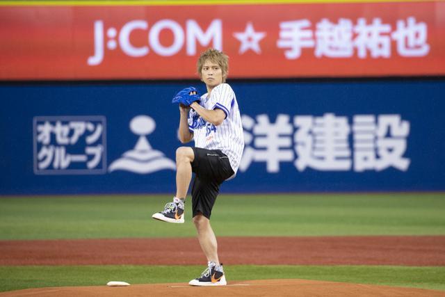 画像: 手越祐也、人生初の始球式は80点! 地元横浜で投げる