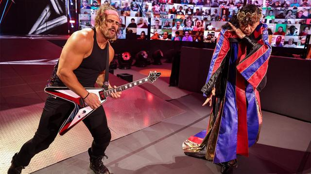 画像: 王冠をかぶった中邑真輔がギター演奏で入場して因縁のコービンに雪辱【WWE】