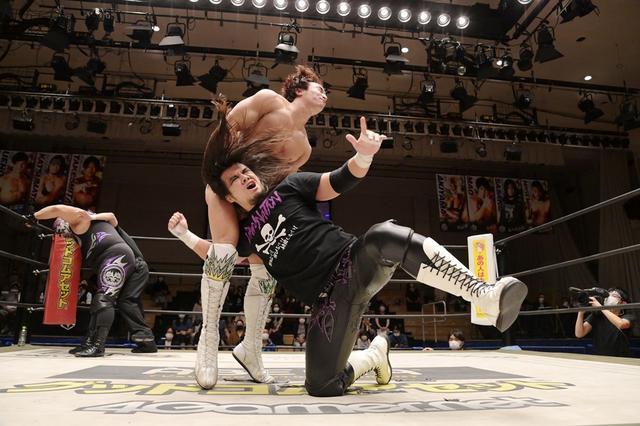 画像: 佐々木大輔がUNIVERSAL王者・上野勇希を流血地獄。盗んだベルトも再び持ち去る【DDT】