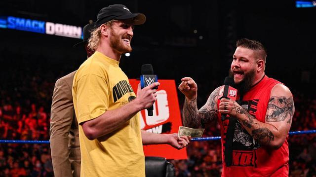 画像: YouTuberローガン・ポールがオーエンズに現金を投げつけて侮辱【WWE】