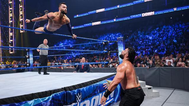 画像: ローマン・レインズがフィン・ベイラーを失神させ王座防衛に成功【WWE】