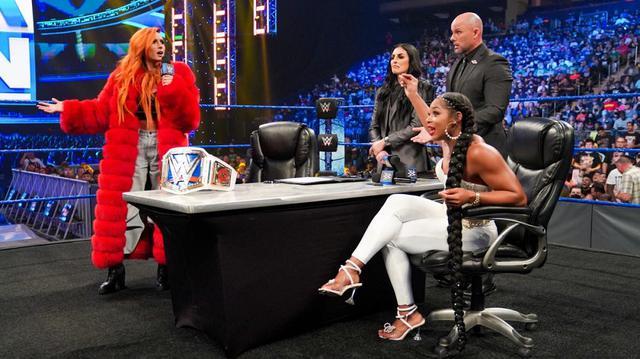 """画像: 王者ベッキーが会場からの""""サインしろ""""チャントに反発!調印書を投げつけてビアンカを威圧【WWE】"""