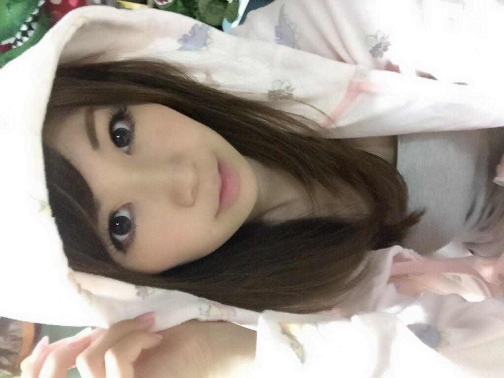 画像: 恐竜パジャマを着た生田晴香