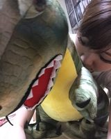 画像: 恐竜抱き枕に襲いかかる生田晴香