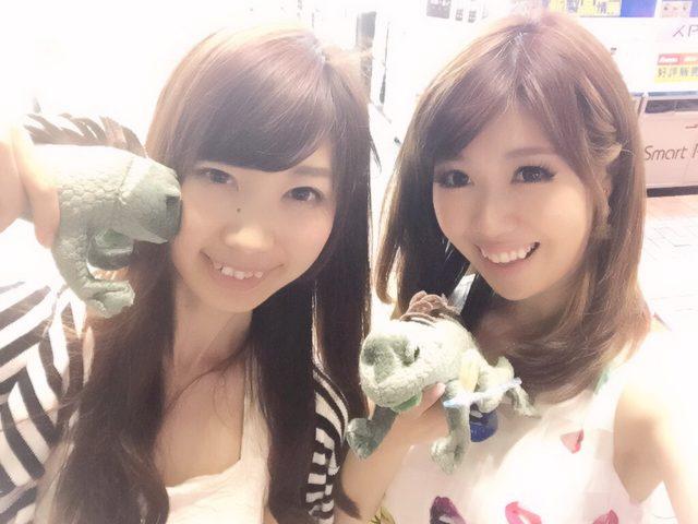 画像: 生田晴香の妹と生田晴香の姉妹。おソロでイグアナぬいぐるみGETしました。