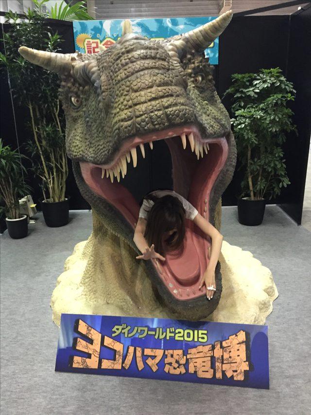 画像: ダイノワールド2015の記念撮影コーナーで遊ぶ生田晴香。