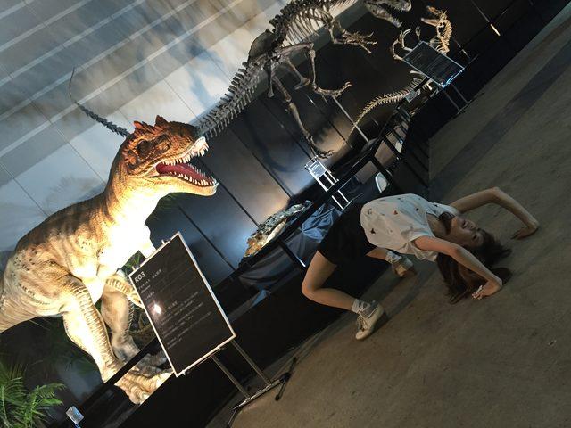 画像: アロサウルスのロボットと生田晴香