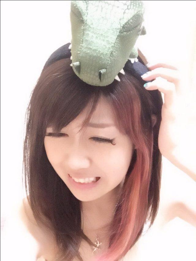 画像: 秋なので赤メッシュを入れました。とみせかせて実は頭の上の恐竜にかじられての血…という設定です。