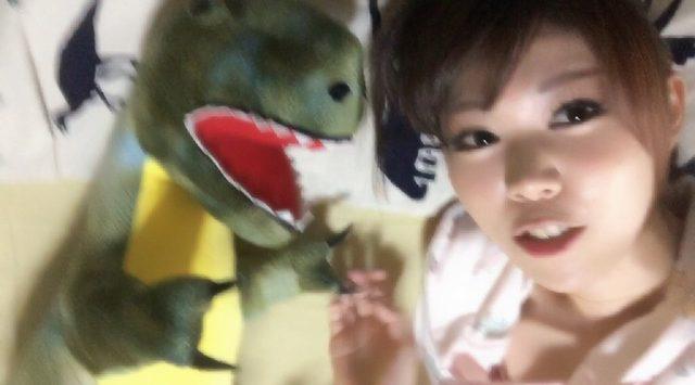 画像: おやすみモードの生田晴香。恐竜の抱き枕と共に。