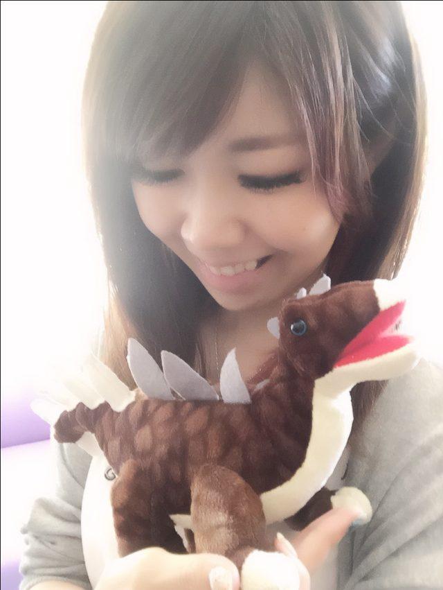 画像: ミラガイアのくいぐるみを抱く生田晴香
