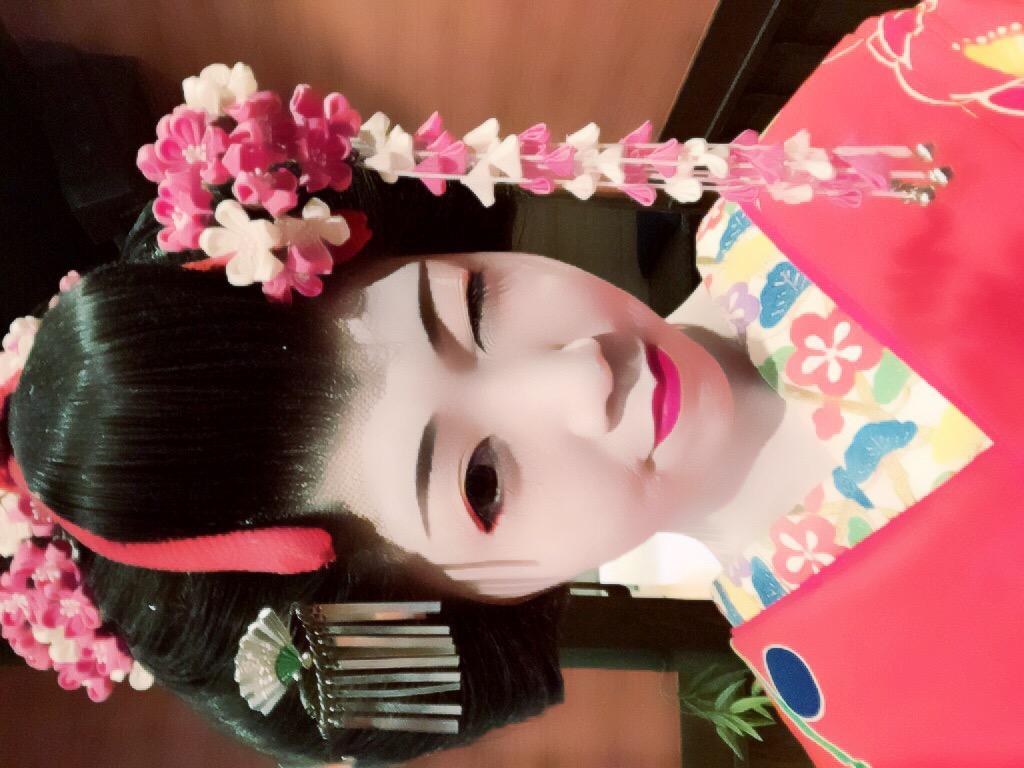 画像: 日本人のお正月らしく和です。舞妓、生田晴香です。