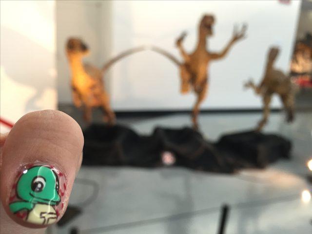 画像: 生田晴香が行った時の恐竜ネイルがラプトくんだったのでラプトくんが待てをしてる風に撮影してみました