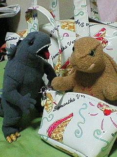 画像: ゴジラとガメラのぬいぐるみ