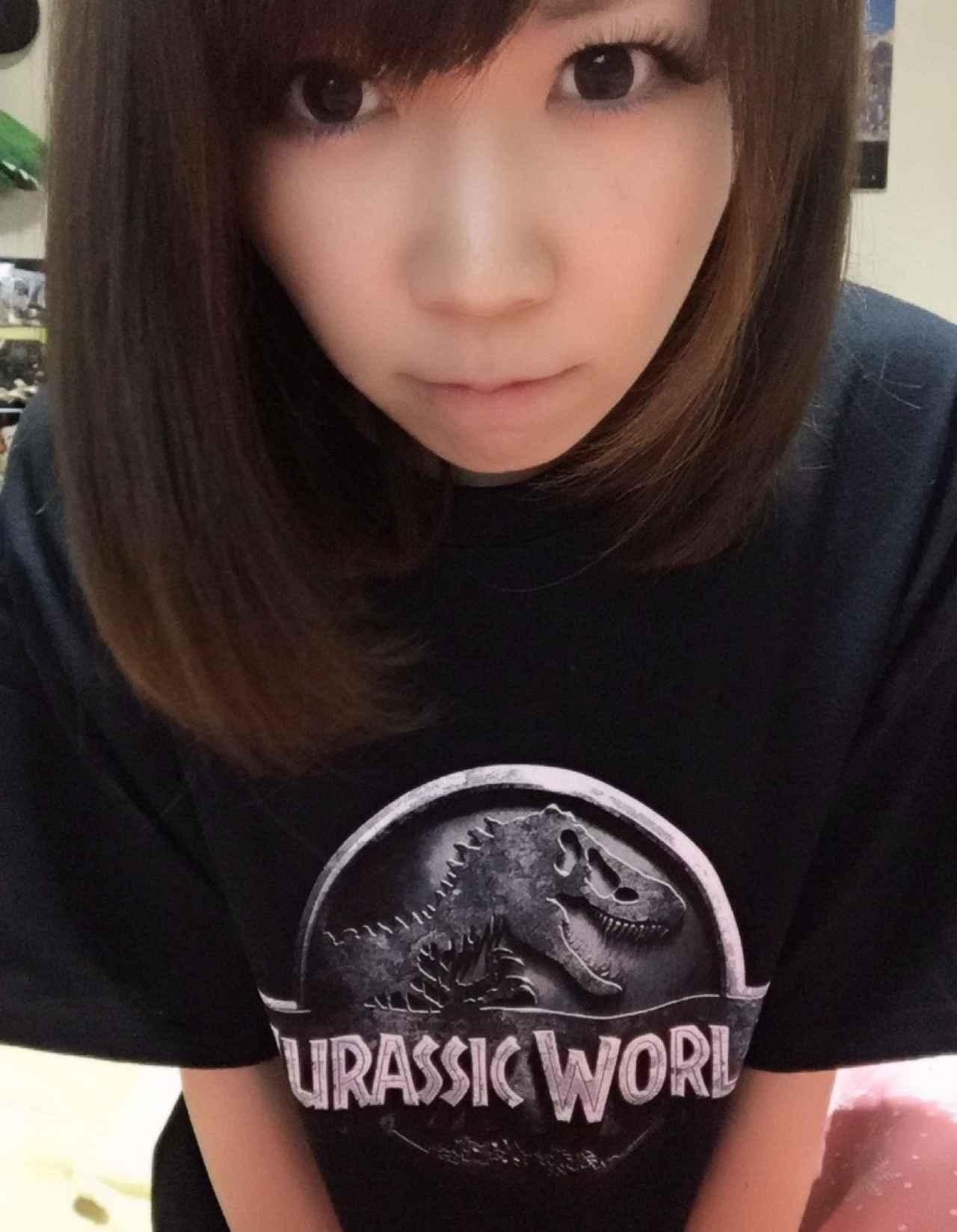 画像: 懸賞で当たったジュラシックワールドTシャツを着る生田晴香。
