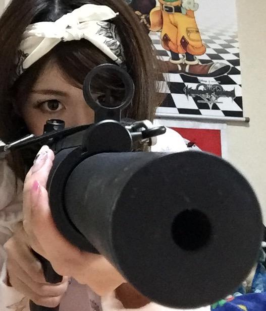 画像: エアガンで敵を狙う生田晴香