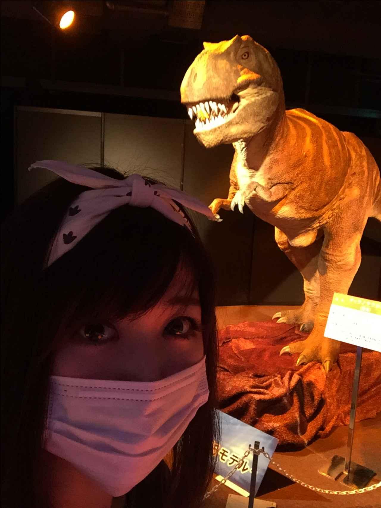 画像: ティラノサウルスロボットと生田晴香