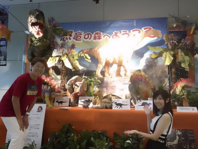 画像: 紙の恐竜。これは画像だと絵に見えてしまうので是非生でみてほしい作品!亀井さんと生田晴香。