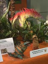 画像: 奥は紙のアマルガサウルス。