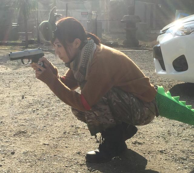 画像: 恐竜のしっぽを付けてサバゲーする事があります、生田晴香です。(持ってる電動ハンドガンは東京マルイのUSP)