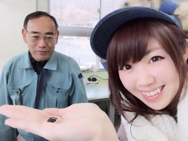 画像: 惣路館長さんと生きている化石のカブトガニを手の平に乗せた生田晴香。