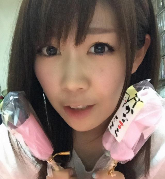 画像: お祭りで買った立派な飴を持つ生田晴香