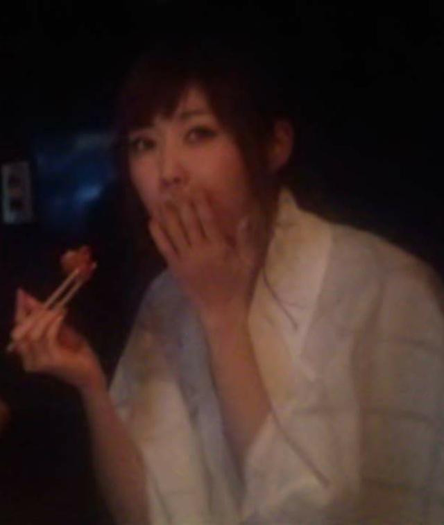 画像: なんともまぁ…といいつつ唐揚げを食べる生田晴香