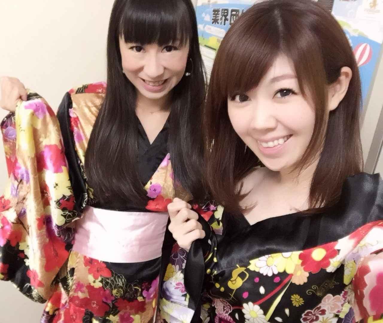 画像: 花魁風浴衣を着る生田晴香(右)