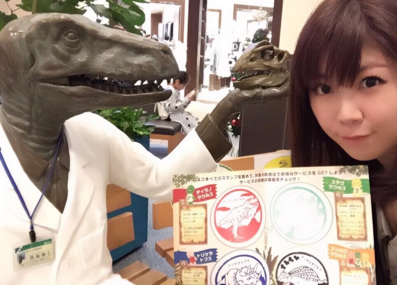 画像: 恐竜博士に集めたスタンプを見せる生田晴香