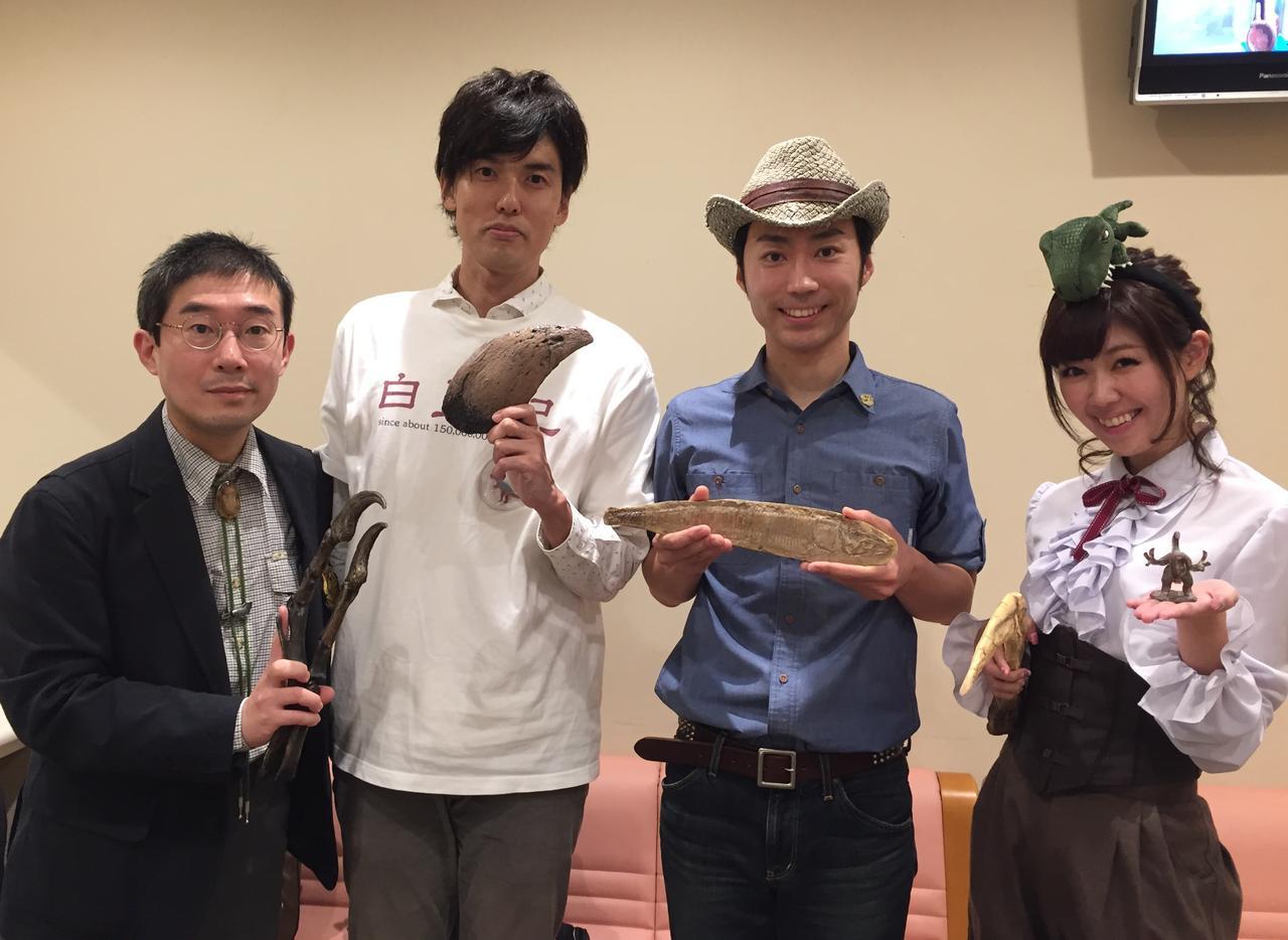 画像: 恐竜に詳しい4人衆(生田晴香、尾形比呂哉さん、尾関高文さん(ザ・ギース)、恐竜くん twitter.com