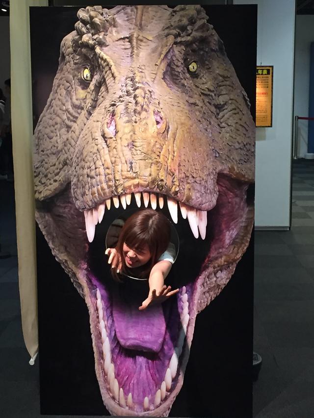 画像: 荒木一成先生のティラノサウルスフィギュアを正面からの画像パネル